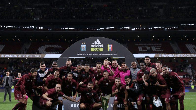 Venezuela celebra con el trofeo y gana el partido amistoso internacional entre Argentina y Venezuela en el Estadio Wanda Metropolitano el 22 de marzo de 2019 en Madrid, España. (Gonzalo Arroyo Moreno/Getty Images)
