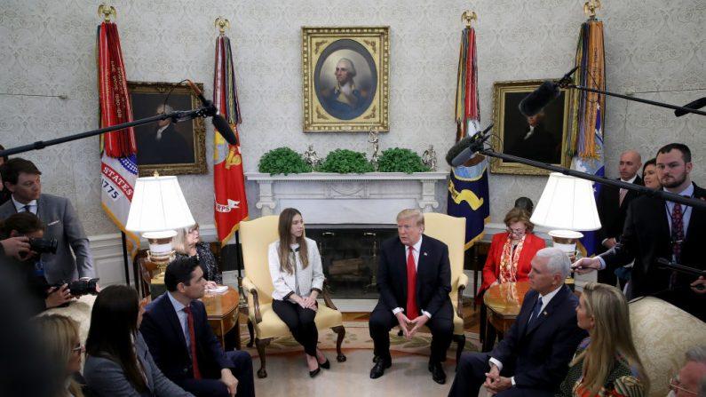 El presidente de EE.UU. Donald Trump y el vicepresidente Mike Pence se reúnen con Fabiana Rosales (izq.), esposa del presidente encargado de Venezuela Juan Guaido, en la Oficina Oval de la Casa Blanca el 27 de marzo de 2019 en Washington, DC. (Win McNamee/Getty Images)