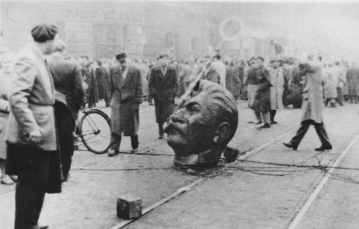 Una cabeza esculpida de Stalin, derribada de su estatua durante una manifestación anticomunista. (Keystone/Getty Images)