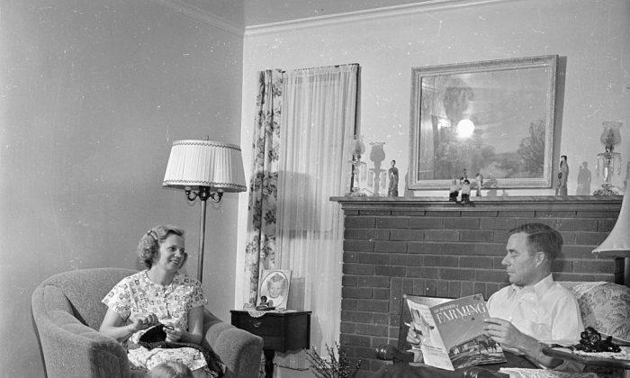 Un hombre con su esposa en Youngstown, Ohio, en octubre de 1950. (Doreen Spooner/Keystone Features/Getty Images)