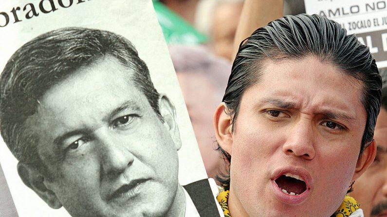 Una persona muestra un póster del alcalde de la Ciudad de México, Andrés Manuel López Obrador, del Partido de la Revolución Democrática, durante una reunión en El Zócalo, lugar principal de la capital, el 7 de abril de 2005. Fue acusado por los parlamentarios  de desobedecer a un tribunal. (JUAN BARRETO/AFP/Getty Images)