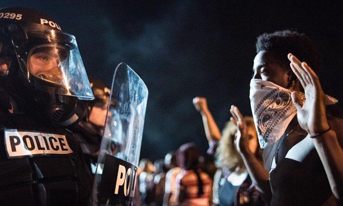 Oficiales de policía enfrentados con manifestantes en Charlotte, Carolina del Norte, el 21 de septiembre de 2016. (Sean Rayford/Getty Images)