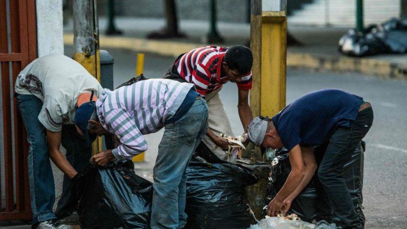 La gente busca comida en las calles de Caracas el 22 de febrero de 2017. El expresidente de Venezuela, Nicolás Maduro, se resiste a las elecciones democráticas y a reconocer a la Asamblea Nacional que le dio mayoría a la oposición del régimen socialista en las elecciones de 2015. (FEDERICO PARRA/AFP/Getty Images)