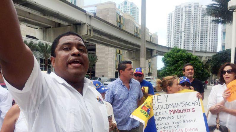 José Colina (L), ex teniente de la Guardia Nacional y líder de la Organización de Venezolanos Perseguidos Políticos en el Exilio (VEPPEX) en una protesta en Miami el 1 de junio de 2017. (LEILA MACOR/AFP/Getty Images)