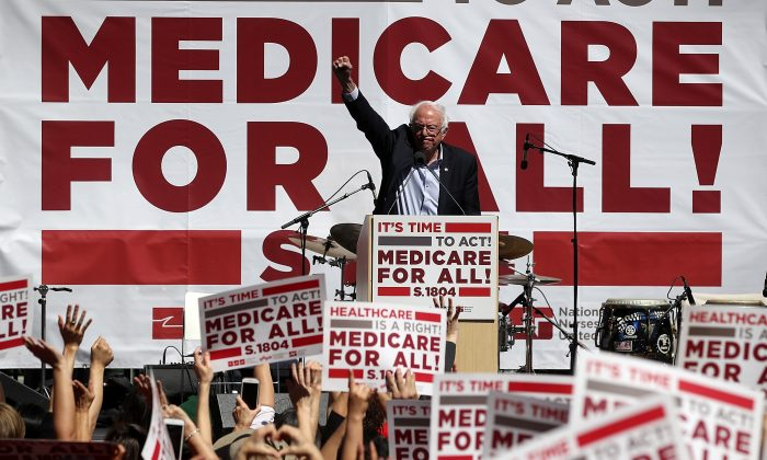 El senador Bernie Sanders habla durante un acto sobre cobertura médica en la Convención 2017 de la Asociación de Enfermeras de California/Comité Organizador Nacional de Enfermeras en San Francisco, California, el 22 de septiembre de 2017. (Justin Sullivan/Getty Images)