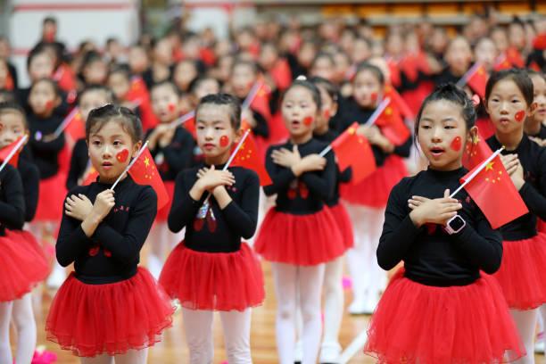 Niños realizan un baile para celebrar el Día Nacional en Lianyungang, Jiangsu Provincia de China. Chinese people (Crédito: VCG/Getty Images)