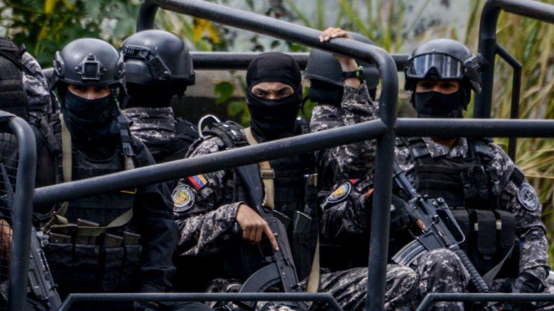 Miembros del servicio bolivariano de inteligencia. (SEBIN) patrullan Caracas durante una operación para capturar a Oscar Pérez, el 15 de enero de 2018. (Foto de JUAN BARRETO/AFP/Getty Images)
