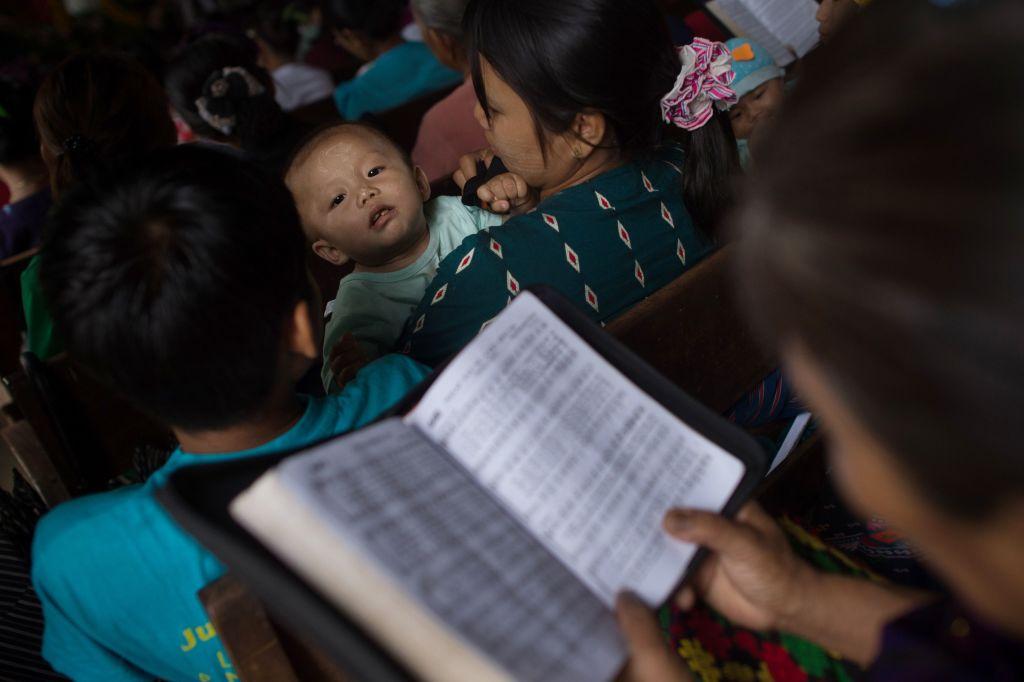 c21e846228 Desplazados de Kachin se reúnen en una iglesia en Myitkyina el 10 de mayo  de 2018. Miles de personas han huido de los nuevos combates entre el  ejército de ...