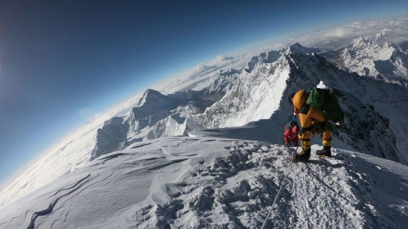 Foto tomada el 17 de mayo de 2018, donde un grupo de montañistas se dirigen a la cima del Monte Everest, mientras ascienden por la cara sur de Nepal. (PHUNJO LAMA/AFP/Getty Images)