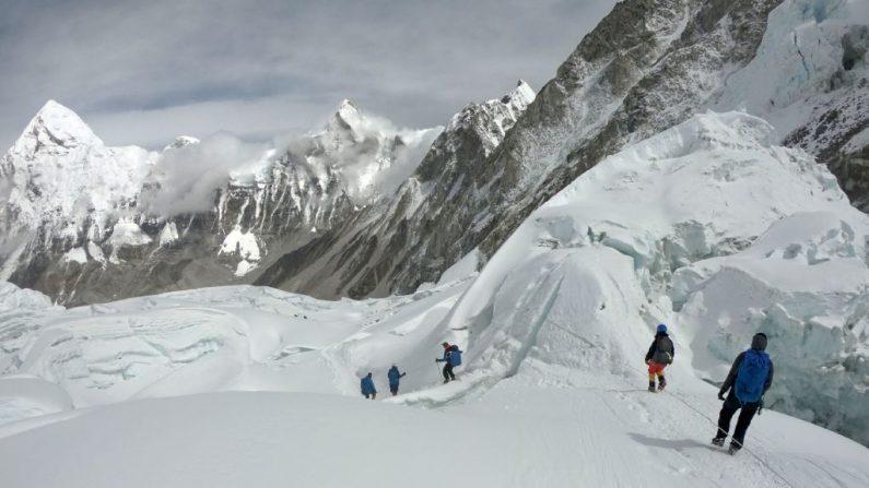 En esta foto tomada el 29 de abril de 2018, los montañeros caminan cerca del campamento uno del Monte Everest, mientras se preparan para ascender en la cara sur de Nepal. (PHUNJO LAMA/AFP/Getty Images)