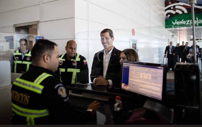 El presidente interino de Venezuela Juan Guaidó el 4 de marzo en migración del aeropuerto internacional Maiquetía. (Asamblea Nacional)