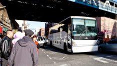 Ladrones intentan robar gasolina de un autobús pero chupan del depósito del baño