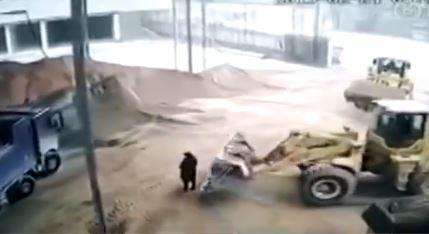 Mujer es lanzada a una trituradora mientras supervisa las obras. (Captura de vídeo)