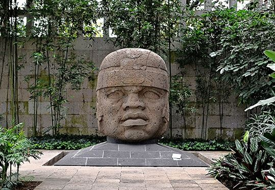 Estatua colosal Olmeca conocida como la Número 1, en el Museo de Antropología de Xalapa. (Wikimedia)