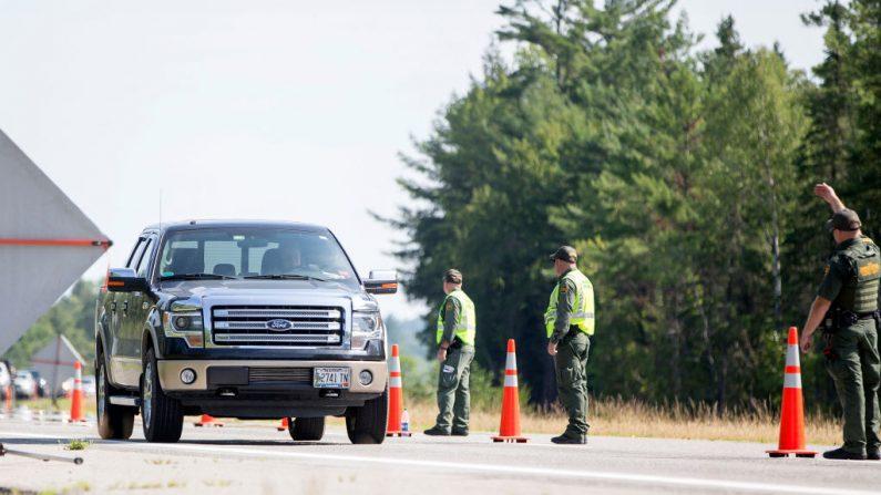 Un vehículo entra en un puesto de control de la Patrulla Fronteriza de los Estados Unidos en West Enfield, Maine, el 1 de agosto de 2018. (Scott Eisen/Getty Images)