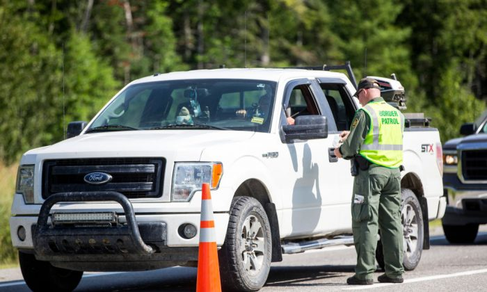 Un agente de la Patrulla Fronteriza de los Estados Unidos verifica la identificación de un conductor en un puesto de control en West Enfield, Maine, el 1 de agosto de 2018. (Scott Eisen/Getty Images)