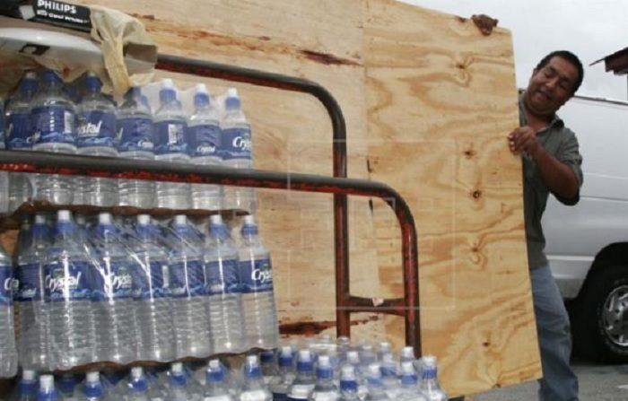 Vista de una persona que transporta agua y varios suministros para los venezolanos. EFE