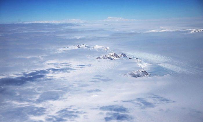 Una sección de la capa de hielo de la Antártida Occidental con montañas vista desde la ventana de un avión de la Operación IceBridge de la NASA en un vuelo sobre la Antártida el 31 de octubre de 2016. (Mario Tama/Getty Images)