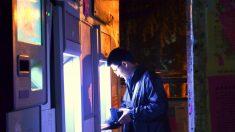 Un ladrón se compadece de su víctima y le devuelve el dinero robado al ver el saldo de su cuenta bancaria