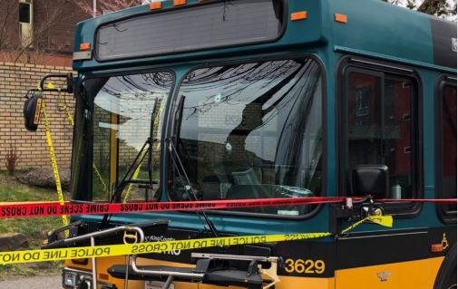 Dos muertos y dos heridos de gravedad entre ellos el conductor de un autobus que salvó a sus 12 pasajeros, fue el saldo después de que un hombre armado abriera fuego. (Policía de Seatle)