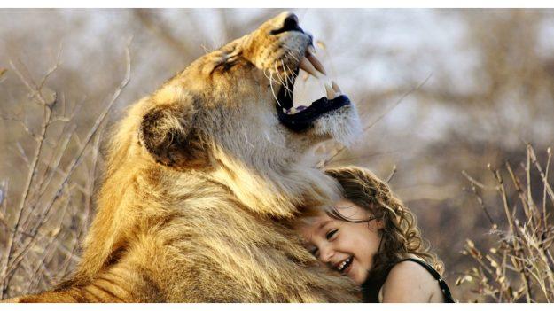 La niña salvaje que creció entre leopardos y elefantes dice que su corazón quedó en África