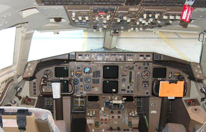 Un experto en aviación descubrió que el vuelo en que estaba viajando era piloteado por madre e hija, Imagen de archivo. Cabina de pilotos de un Boeing 757. (Wikimedia Commons)