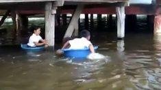 Niños deben bracear por el río en tinajas de plástico para llegar a la escuela en amazonas de Perú