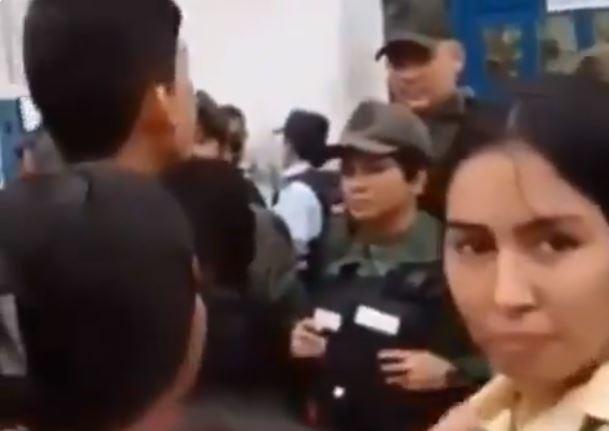 Estudiante venezolana increpa a guardia aliada a Maduro por impedirle asistir a la escuela a un establecimiento colombiano. (Captura de video)