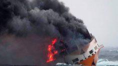 Barco con 2000 automóviles se hunde y derrama toneladas de combustible hacia Francia