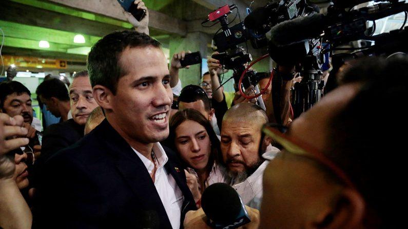 Juan Guaidó (i), llega este lunes al Aeropuerto Internacional de Maiquetía Simón Bolívar (Venezuela). Guaidó fue recibido por una multitud en el aeropuerto y por representantes de la comunidad internacional tras una gira por varios países de Suramérica.  (EFE/Rafael Hernández)