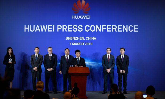 El presidente rotativo de Huawei, Guo Ping (C), habla durante una conferencia de prensa en Shenzhen, provincia china de Guangdong, el 7 de marzo de 2019. Huawei dijo que estaba demandando a Estados Unidos por impedir que las agencias gubernamentales puedan comprar equipos y servicios de la compañía de telecomunicaciones china. (Wang Zhao/AFP/Getty Images)