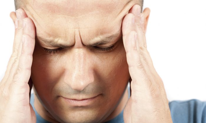 Foto de archivo de una persona que sufre de migraña. (Catalin Petolea/iStock)