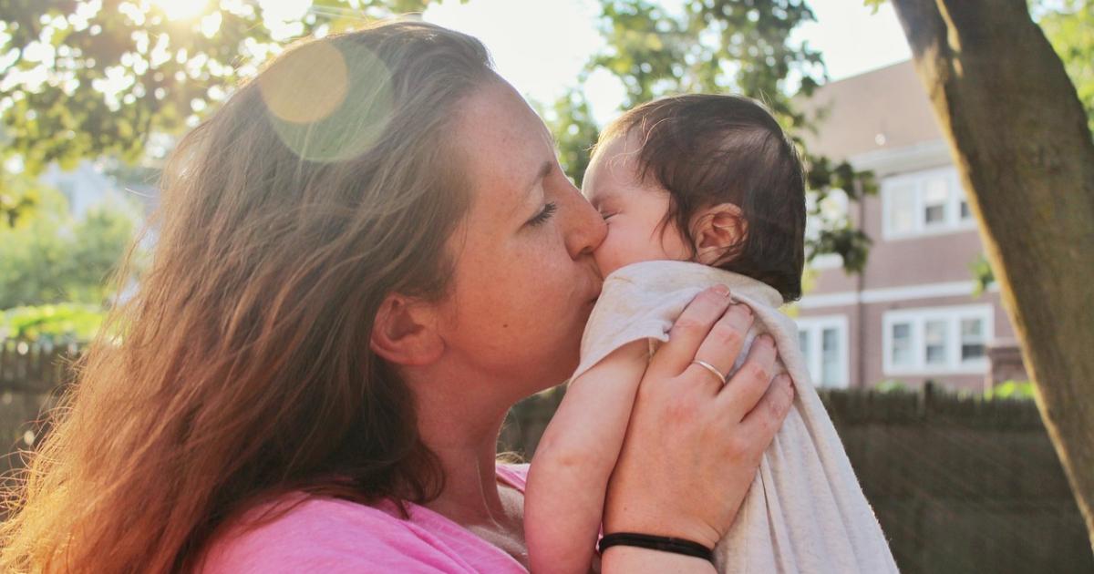 """Bebé operado en el vientre de su madre demuestra al mundo que decirle """"sí a la vida"""" vale la pena"""