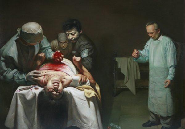 """""""Crímenes de órganos"""", una pintura al óleo de Xiqiang Dong que representa la sustracción de órganos de un practicante vivo de Falun Dafa en China. (Cortesía de Xiqiang Dong)"""