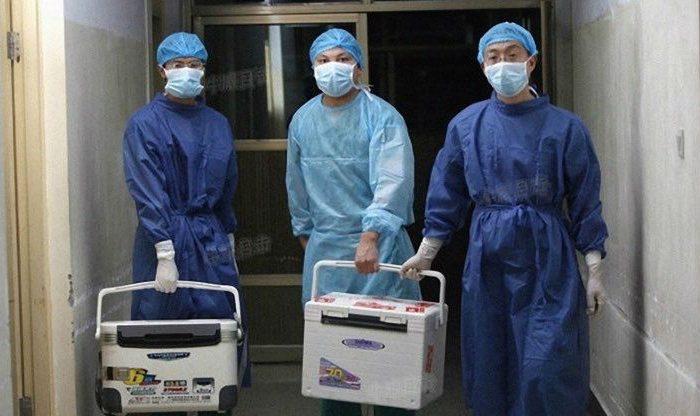 Médicos chinos llevan órganos frescos para trasplante en un hospital de la provincia de Henan, el 16 de agosto de 2012. (Captura de pantalla/Sohu.com)