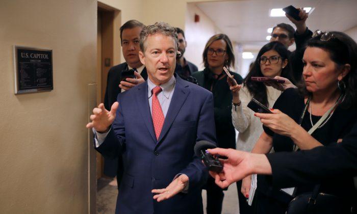 El senador Rand Paul (R-Ky.) habla con periodistas mientras se dirige al Capitolio de Estados Unidos para el almuerzo semanal de política republicana el 5 de marzo de 2019. (Chip Somodevilla/Getty Images)