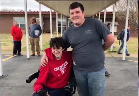 Tanner Wilson, Senior de Caddo Hill, sorprendió a su compañero de clase, Brandon Qualls, con una silla de ruedas motorizada. (Distrito escolar de Caddo Hills/Captura de vídeo)