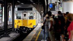 La foto de una anciana parada en el tren desata gran controversia en las redes