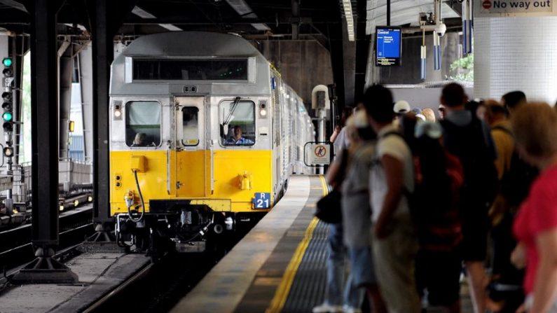 Los viajeros esperan mientras un tren de CityRail de Nueva Gales del Sur llega a la estación de ferrocarril de Circular Quay en Sídney el 2 de febrero de 2010. (Greg Wood/AFP/GettyImages)