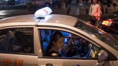 Un taxista chino devuelve una cartera olvidada, pero la dueña se queja
