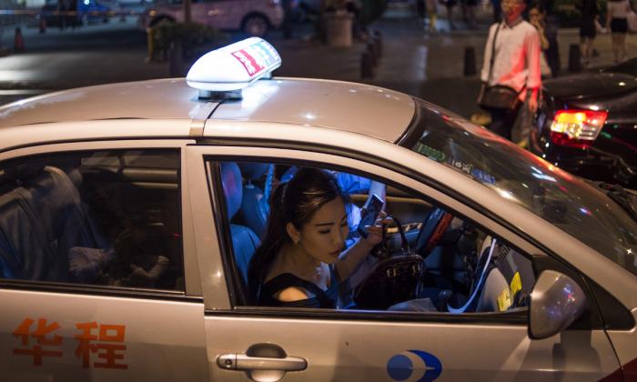Una mujer saliendo de un taxi en China. (Fred Dufour/AFP/Getty Images)