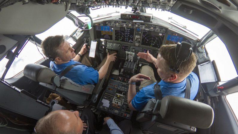 Fotografía cedida por Boeing donde aparece su consejero delegado, Dennis Muilenburg (atrás), mientras participa en un vuelo de prueba de un avión 737 MAX 7 que incluía la mejora de software del MCAS planeada. EFE/Boeing