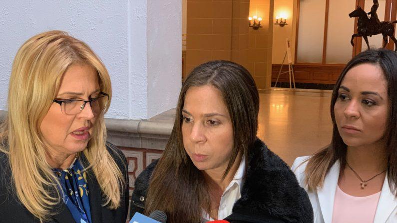 Romy Moreno (c), la esposa de Roberto Marrero, el principal colaborador del presidente encargado de Venezuela Juan Guaidó, habla junto a su cuñada Belén Marrero (i), y a la responsable de prensa, Yoslin Sánchez (d), durante una rueda de prensa este viernes, en la sede de la Organización de Estados Americanos (OEA) en Washington (EE.UU.). (EFE)