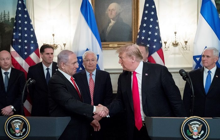 """El presidente de EE.UU., Donald Trump, felicitó este miércoles al primer ministro israelí, Benjamín Netanyahu, por """"haber ganado"""" las elecciones generales en Israel, y opinó que esa victoria acerca la posibilidad de una negociación de paz con los palestinos. EFE"""
