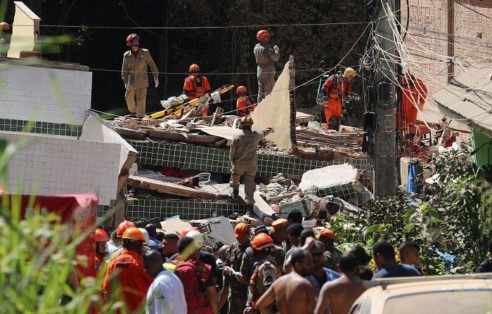Bomberos trabajan en labores de búsqueda y rescate de las víctimas de un derrumbe este viernes, en Río de Janeiro (Brasil). EFE