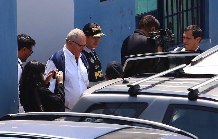 Fiscales interrogan en calabozo al expresidente Kuczynski por caso Odebrecht