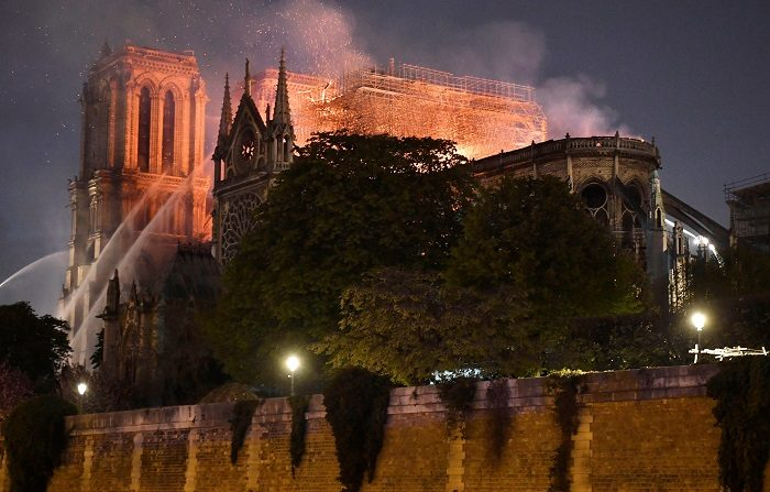 """El Gobierno francés cree que la estructura de la catedral de Notre Dame de París """"puede haberse salvado"""" debido al enfriamiento registrado en los últimos minutos, aunque invitó a """"seguir siendo prudentes"""", e informó de que hay un bombero herido grave en los trabajos de extinción. EFE"""
