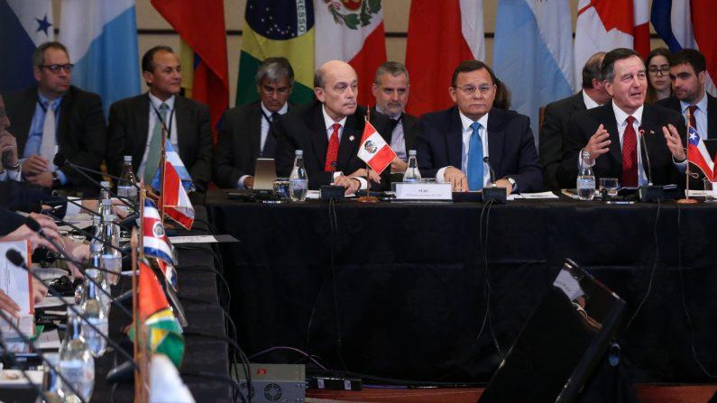 Desde la izquierda, el vicecanciller de Perú, Hugo de Zela; el canciller de Perú, Néstor Francisco Popolizio, y el canciller de Chile, Roberto Ampuero, participan en la XII reunión de Cancilleres del Grupo de Lima, en Santiago (Chile). EFE