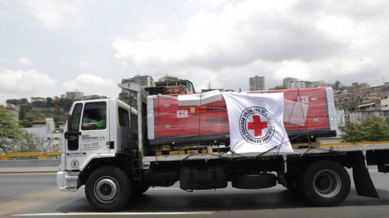 Fotografía de un vehículo de la Cruz Roja que hace parte de una caravana que transporta ayuda humanitaria en Caracas (Venezuela), el 16 de abril de 2019. EFE