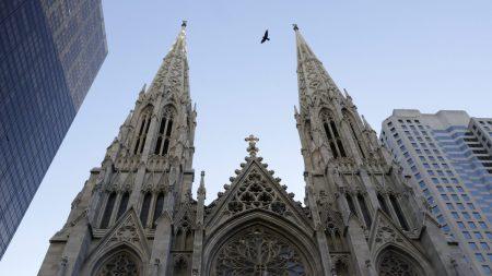 Detienen a un hombre que intentaba entrar con gasolina en catedral de Nueva York